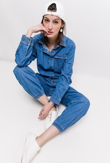 Button jumpsuit, long sleeves, adjusted ankles. The model measures 178cm and wears 38. Length:150cm