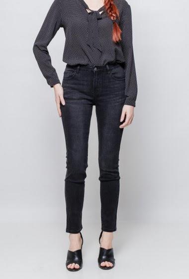 Jean avec poches, coupe skinny. La mannequin mesure 174cm et porte du 38