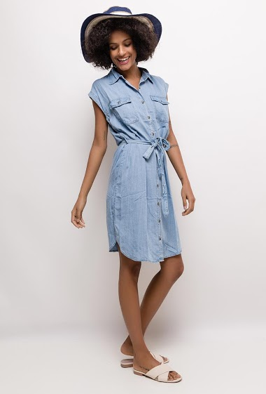 Sleeveless shirt dress. The model measures 177cm and wears 38. Length:100cm