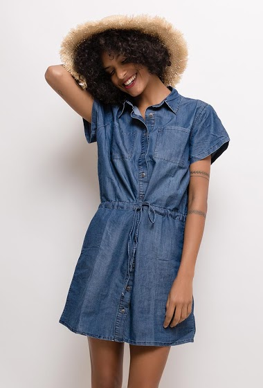 Shirt dress, short sleeves. The model measures 177cm and wears 38. Length:90cm