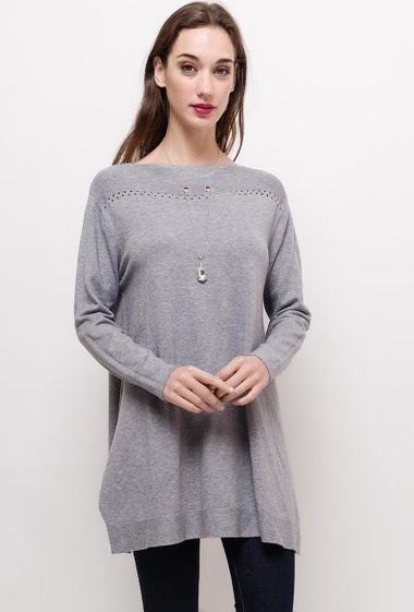 Loose sweater with necklace