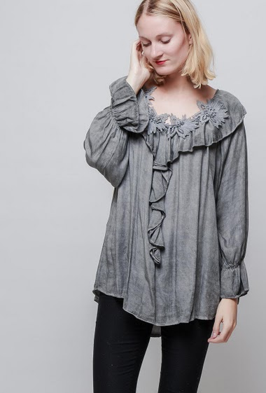 Blouse with V neck decorated with floral lace, fluid and faded fabric. The model measures 178cm, one size corresponds to 38-42