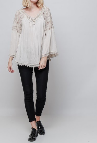 Blouse with flared sleeves, lace yoke, V neck with lurex, loose fit. The model measures 178cm, one size corresponds to 38-42