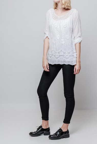 Embroidered blouse, roll-up sleeves, round collar. The model measures 178cm, one size corresponds to 38-42