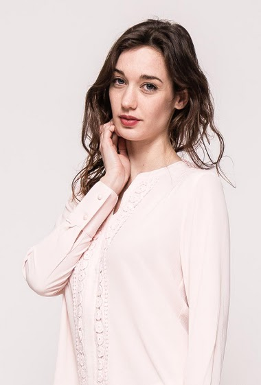 Blouse with long sleeves, lace detail. The model measures 177cm, one size corresponds to 10/12
