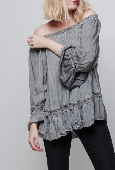 Blouse with floral applied lace, flared long sleeves, fluid fabric, soft touch. The model measures 178cm, one size corresponds to 38-42