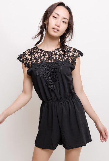Playsuit with pearls and lace. The model measures 170cm and wears S/M  Length : 80cm