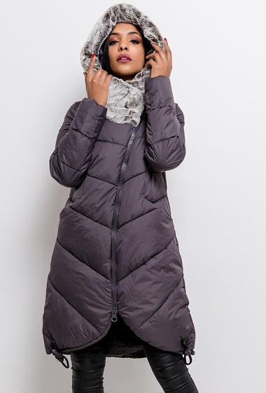 Hooded quilted coat. The model measures 170cm and wears S. Length:95cm