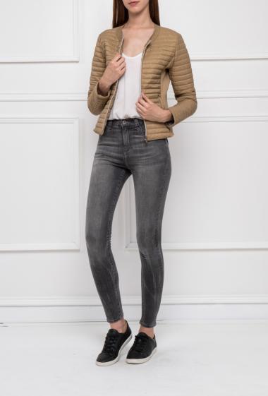 Doudoune bi-matière sans col avec empiècement en maille gaufrée sur les côtés, poches