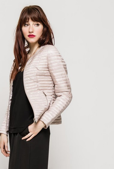 Quilted jacket, zip pockets, zip closure. The model measures 174cm and wears S