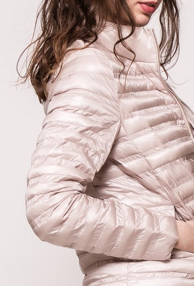 Quilted jacket, zip pockets. The model measures 177cm and wears S
