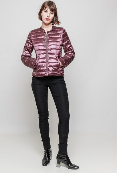 Quilted collarless jacket, ruffles, zip closure, pockets, slim fit, glossy fabric. The mannequin measures 172 cm and wears S