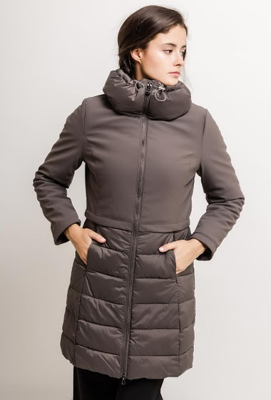 Padded coat with hogh collar. The model measures 172cm and wears S. Length:90cm