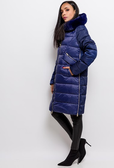 Hooded padded coat, integrated hood, decorative zips. The model measures 170cm and wears S. Length:105cm