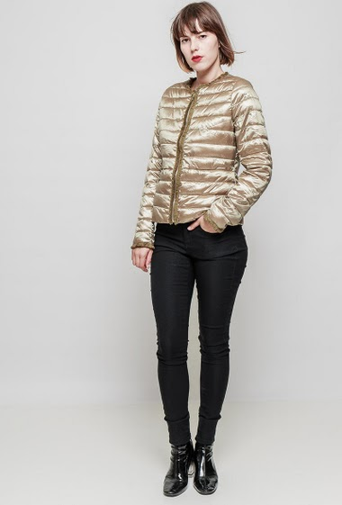Light and quilted jacket, collarless, fringe border, pockets, zip closure, slim fit. The mannequin measures 172 cm and wears S