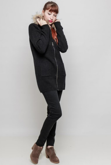 Zipped long cardigan, hood decorated with fur, pockets. The mannequin measures 174 cm, TU corresponds to 38/40