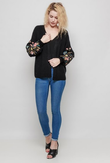 Knitted ribbed cardigan, puffed sleeves decorated with embroidered flowers, open front, casual fit. The mannequin measures 177 cm, TU corresponds to 38/40