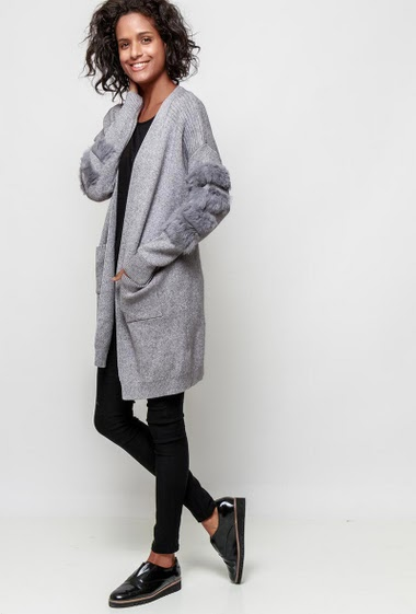 Open cardigan, open front, sleeves decorated with fur, pockets, casual fit. The model measures 177cm, one size corresponds to 38-40