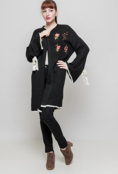 Open cardigan, ribbed knit, flared sleeves with tie detail, embroidered flowers, casual fit. The mannequin measures 174 cm, TU corresponds to 38/40