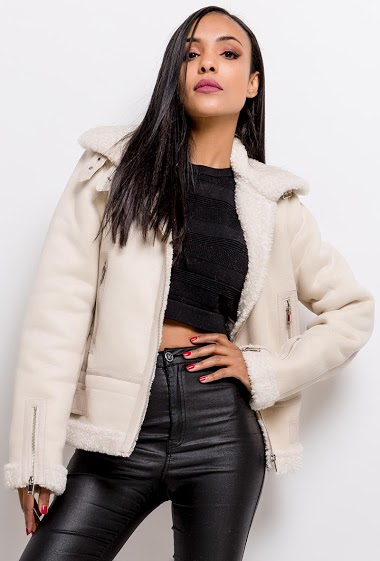 Suede coat with fur. The model measures 170cm and wears S. Length:65cm