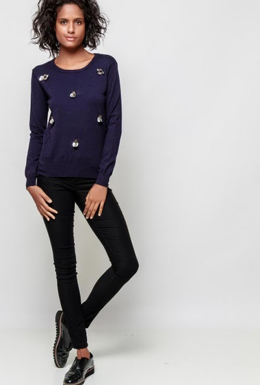 Soft knitted sweater, bees with pearls and sequins, casual fit. The model measures 177cm and wears S/M
