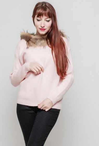 Knitted sweater, collar with fur, lace-up back. The mannequin measures 174 cm, TU corresponds to 38/40