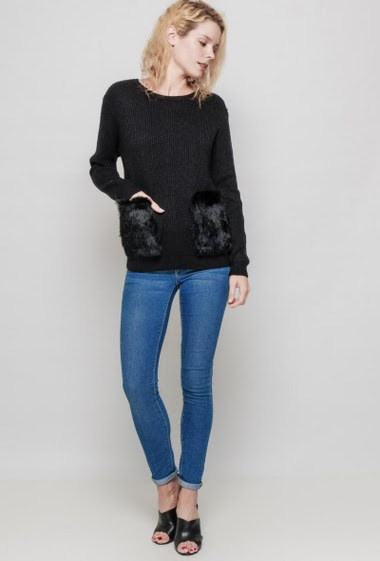 Knitted ribbed sweater, patch pockets in fur, casual fit. The mannequin measures 177 cm, TU corresponds to 38/40