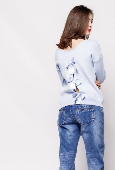 Feminine knitted sweater, back with satin bow, regular fit. The model measures 177cm, one size corresponds to 38-40
