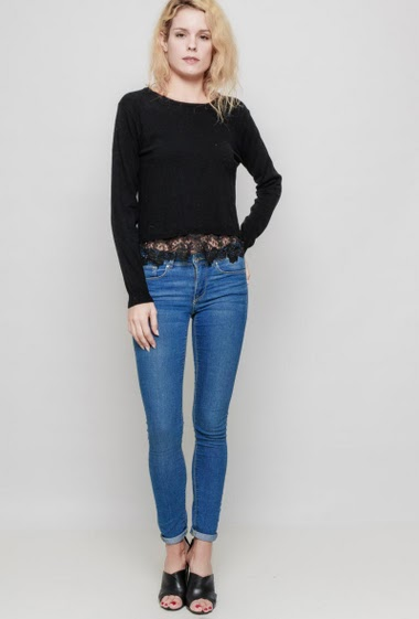 Soft knitted sweater, lace border, long sleeves, regular fit. The mannequin measures 177 cm and wears S/M