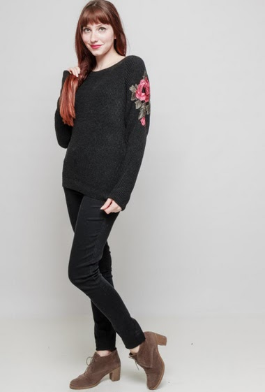 Ribbed knitted sweater, sleeves decorated with embroidered flower, loose fit. The mannequin measures 174 cm and wears S/M