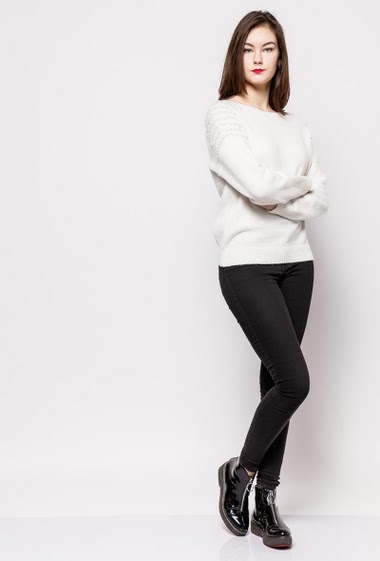 Soft sweater, shoulders decorated with pearls, casual fit. The model measures 172cm, one size corresponds to 10/12