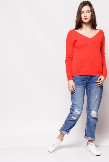 Soft knitted sweater, V neck, scoop back, long sleeves. The model measures 172cm, one size corresponds to 10/12