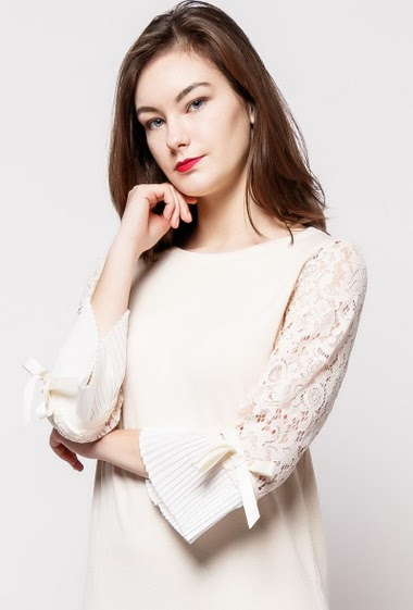 Knitted dress, lace sleeves with pleated border, tie detail. The model measures 172cm, one size corresponds to 10/12