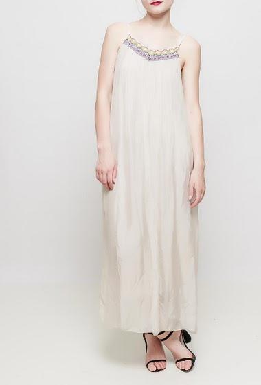 Robe longue avec col V en dentelle brodée,  tissu fluide, très doux et léger