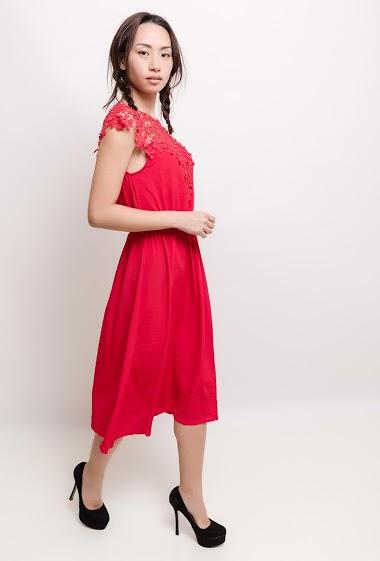 Robe midi avec dentelle et perles. La mannequin mesure 170cm et porte du S/M. Longueur : 115cm