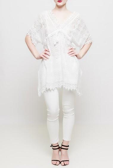Robe ou tunique transparente en dentelle, manches courtes, fentes latérales, col V