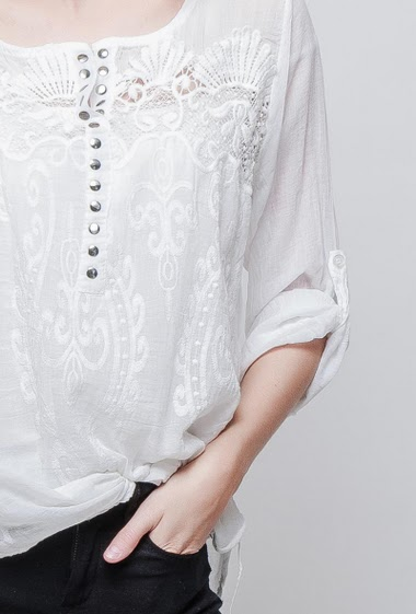 Tp with fancy collar, transparent lace, embroideries, sequined yoke, fluid and lightweight fabric. The model measures 178cm, one size corresponds to 38-42