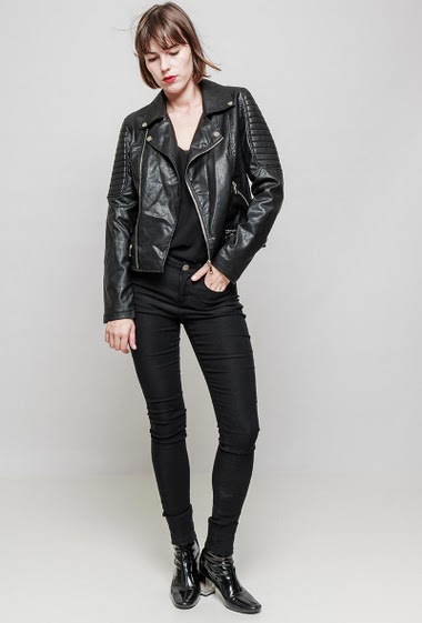 Fake leather jacket, quilted yoke, zip closure, zipped pockets, slim fit. The mannequin measures 172 cm and wears S