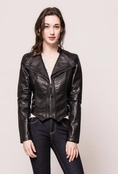 Veste de motard en similicuir,  double col, bordure zippée, côté avec fermeture éclair.  La mannequin mesure 177cm et porte du S
