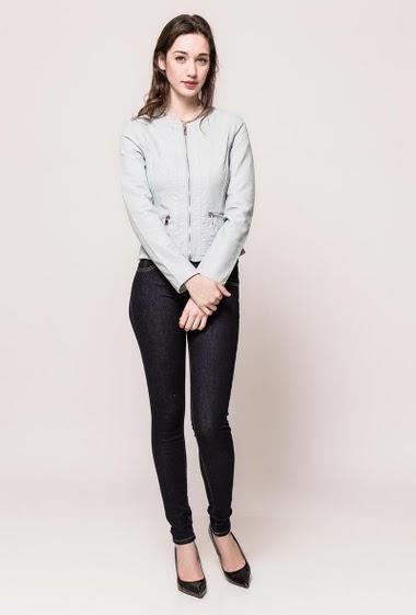 Veste en similicuir, poches zippées, côté stretch, coupe ajustée. La mannequin mesure 177cm et porte du S