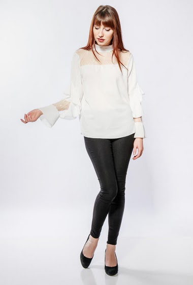 Crepe blouse, lace yoke, ruffles, funnel neck. The model measures 174cm, one size corresponds to 38-40