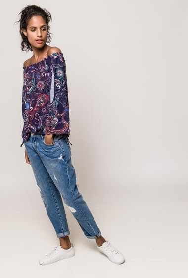 Blouse with open sleeves, off shoulder design, paisley pattern. The model measures 174cm, one size corresponds to 38-40