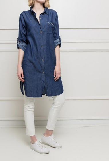 Long jean shirt. Button closing. Roll-up sleeves. Pearl details on the front pocket. TU corresponds to 38/40