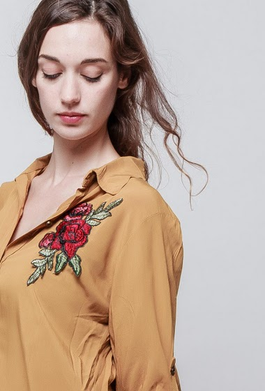 Long shirt in viscose, embroidered flowers, roll-up sleeves, fluid fabric, soft touch. The model measures 177 cm, one size corresponds to 38-40