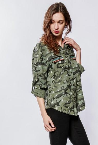 Chemise fluide à motifs camouflages, détail brodé avec strass, manches retroussables. La mannequin mesure 177cm, TU correspond à 38-40