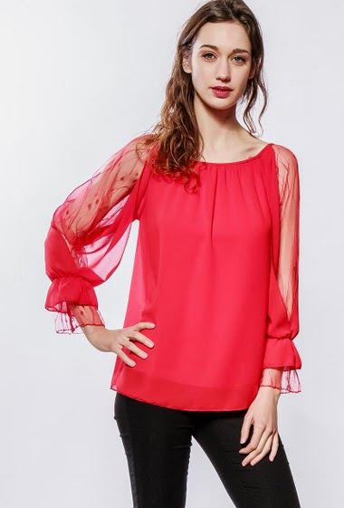 Top with lace sleeves, fluid fabric. The model measures 177cm, one size corresponds to 38-40