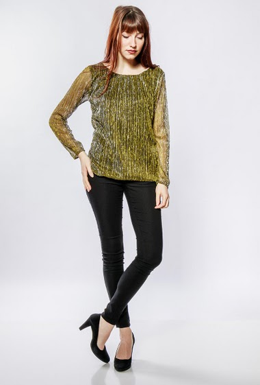 Shiny top with long sleeves, perfect for parties. The model measures 174cm, one size corresponds to 38-40