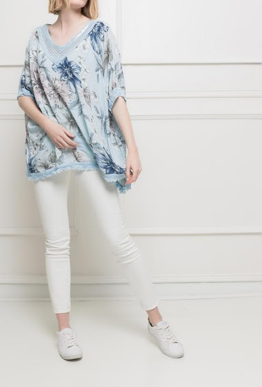 Floral tunic with a sequined V neck. Fringed border. Bat sleeves. TU corresponds to 38/40