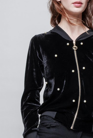 Velvet jacket, smooth touch, pearls, zip closure. The model measures 177 cm, one size corresponds to 38-40