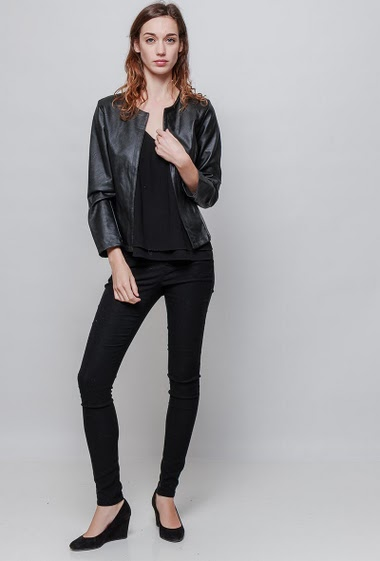 Collarless jacket, open front, faux leather, slim fit. The model measures 177cm, one size corresponds to 38-40
